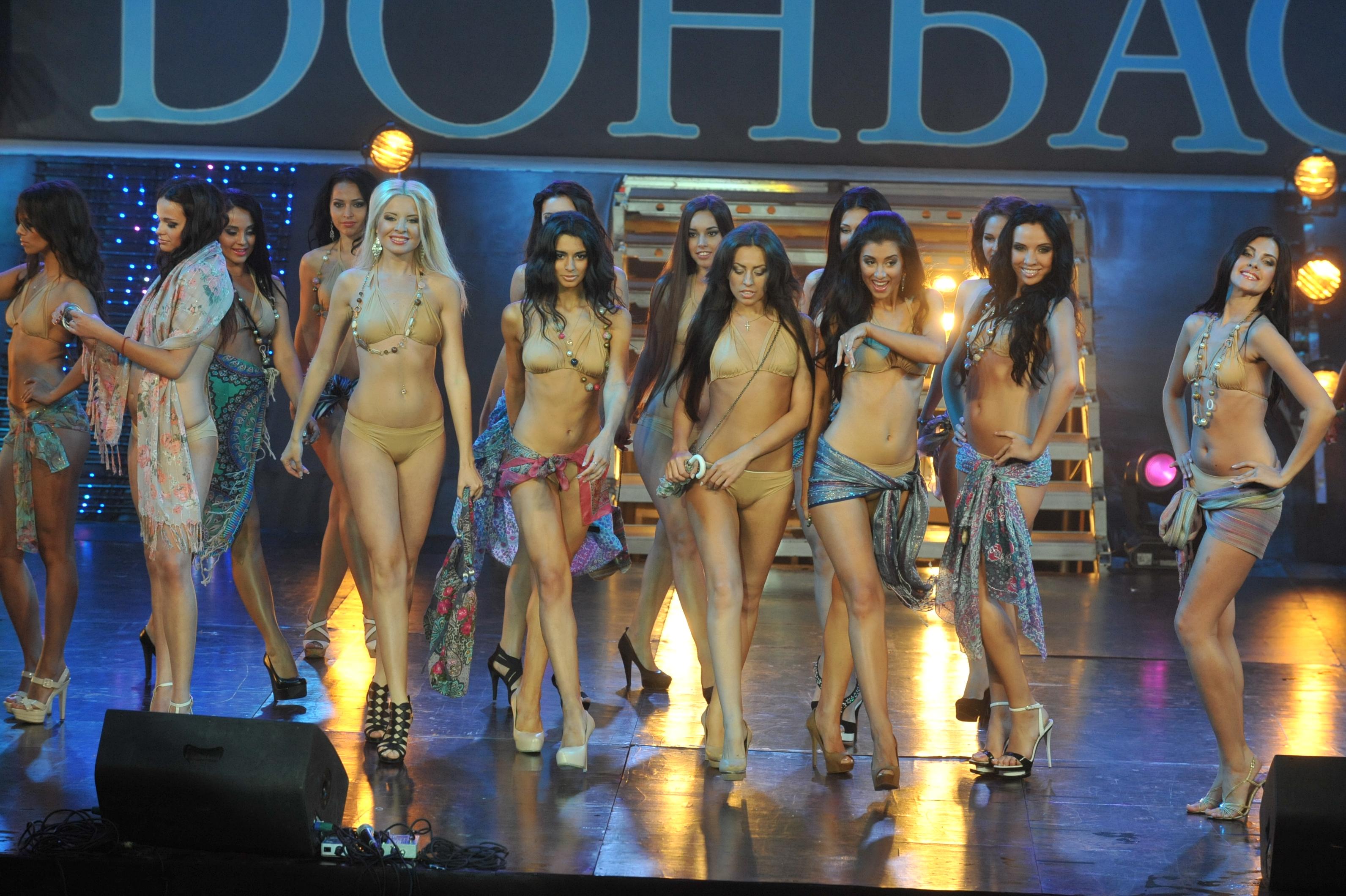 Девушки раздеваются на сцене